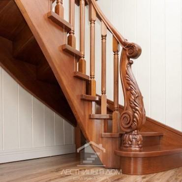 Деревянная лестница с резным столбом из дуба, г. Королев