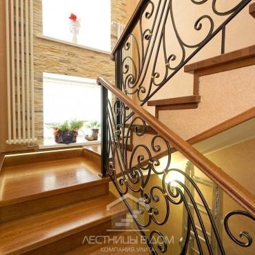 Дубовая лестница с кованым ограждением и подсветкой г. Королев